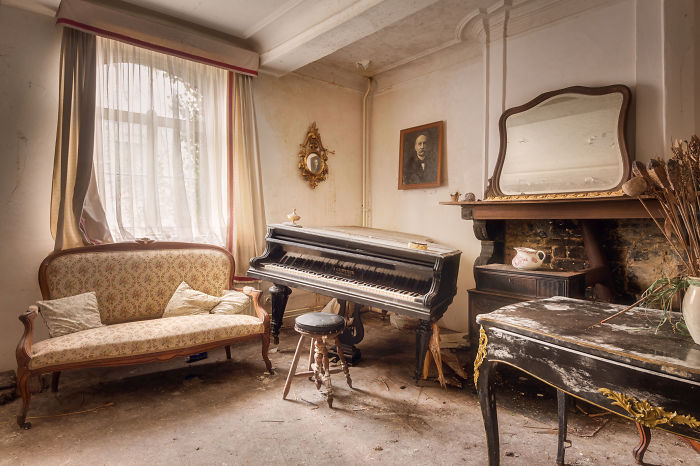 I Photographed 15 Abandoned Living Rooms In Europe