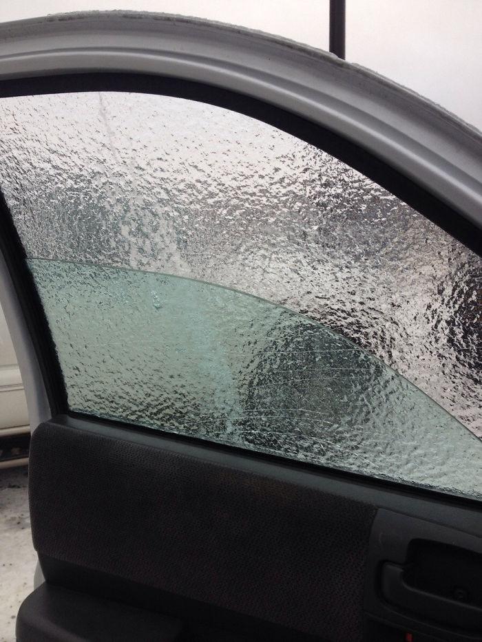 Tormenta de hielo y lluvia congelante hizo que el agua en la Congelar ventana En una manera medianamente interesante.