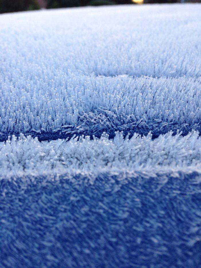 La escarcha en el tejado de mi coche formado en una textura similar a la manta