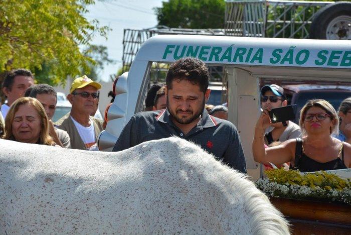 horse-goodbye-owner-funeral-brasil-6