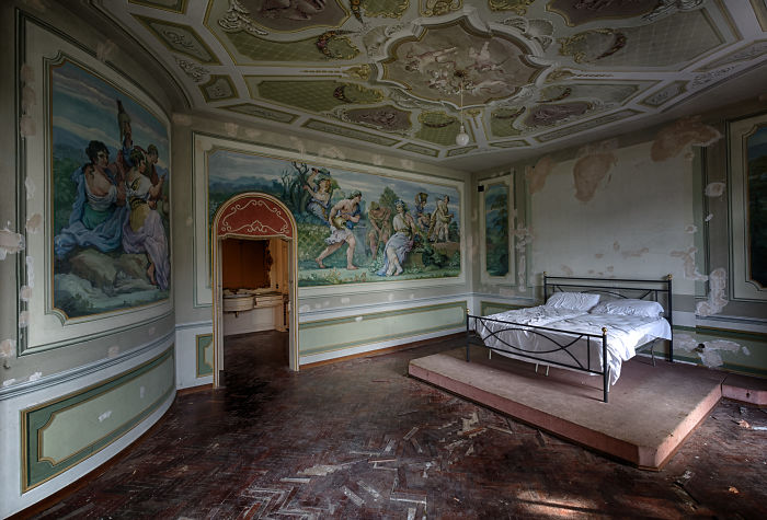 I Photographed This Abandoned Villa In Italy