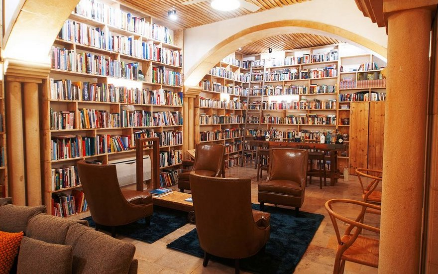 literary-man-hotel-50000-books-portugal -10