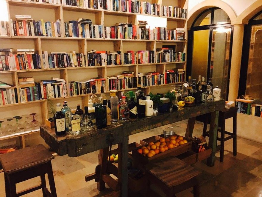 literary-man-hotel-50000-books-portugal -17