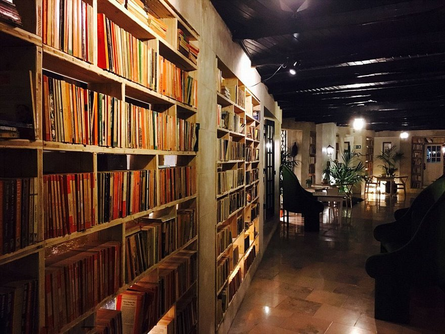 literary-man-hotel-50000-books-portugal -19
