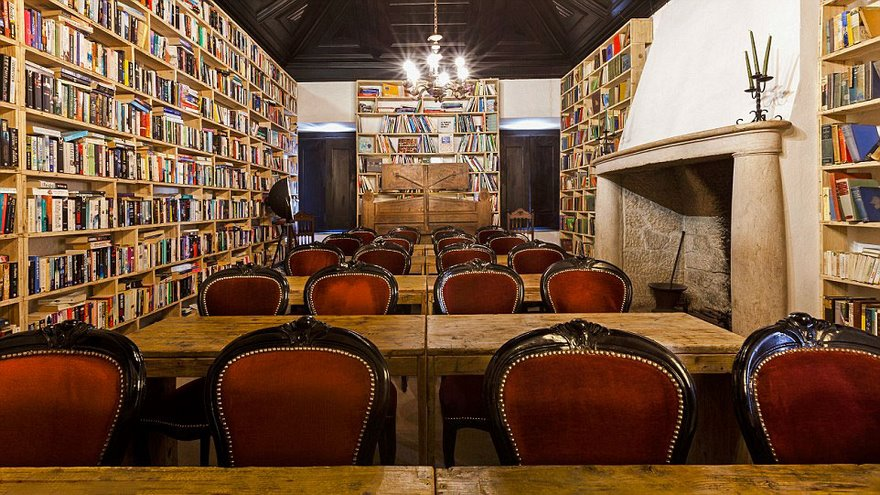 literary-man-hotel-50000-books-portugal -20