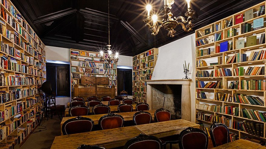 literary-man-hotel-50000-books-portugal -21