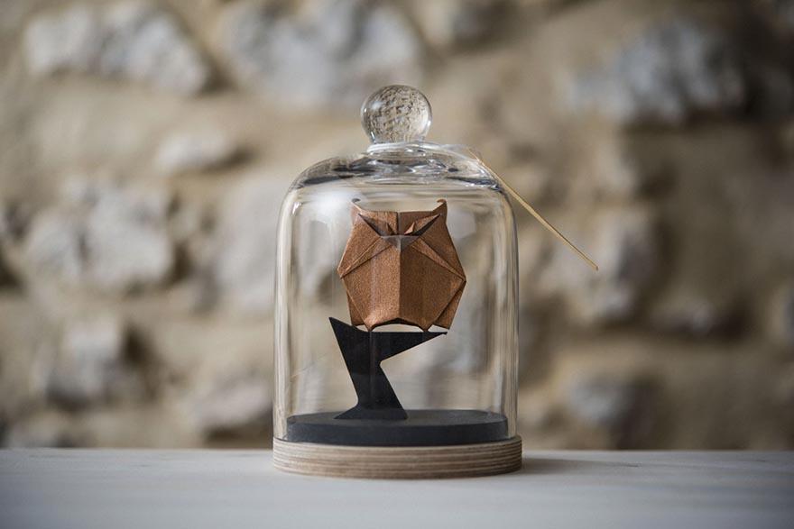 Belos origamis de animais feitos dentro de potes de vidro
