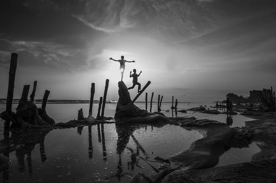 Children On The Indian Ocean Seaboard By Guomiao Zhou, China (2nd Place In The Silhouette Category, Second Half)