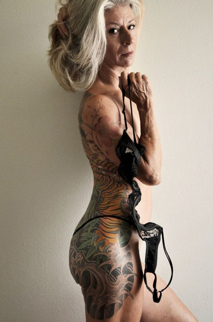 56-vuotias nainen näyttää, että ikä ei ole este seksikkyydelle
