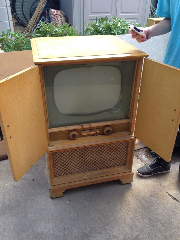 """My Grandma Said I Could Have Her Old TV So I Could """"Finally Play Some Video Games"""""""