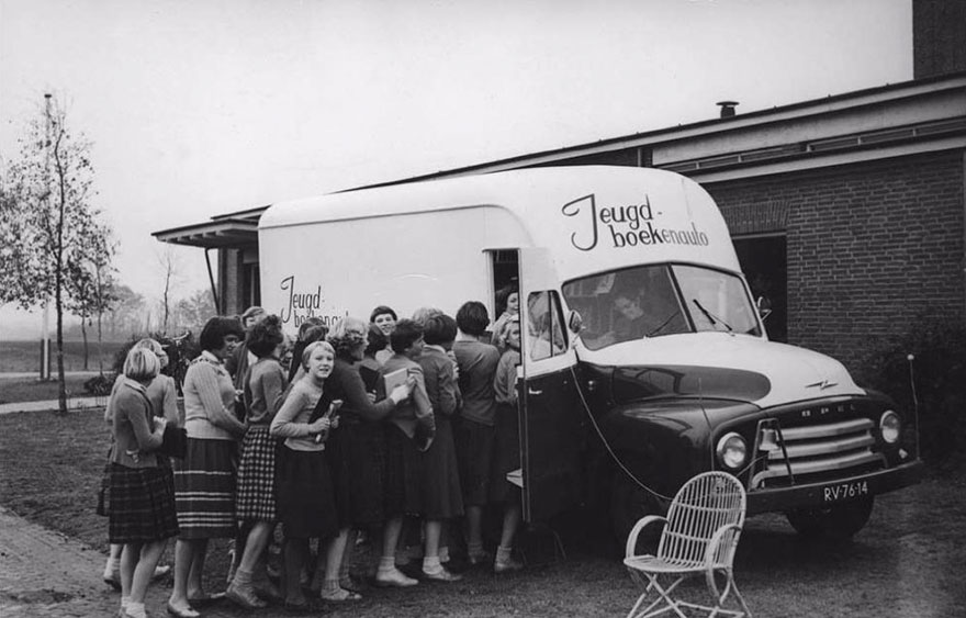 An impatient queue for a Dutch bookmobile
