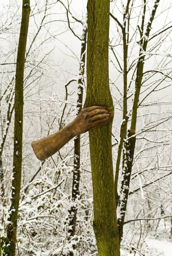 bronze-hand-sculpture-squeezing-tree-giuseppe-penone-2