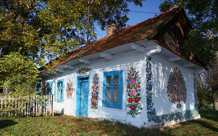 En este pueblecito polaco todo está cubierto de coloridas flores pintadas