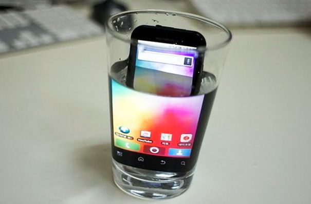 Magnify Your Phone's Screen By Putting It In A Glass Of Water