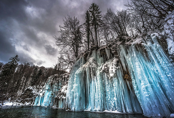 I Photographed The World Of A Thousand Frozen Waterfalls In Plitvice Lakes, Croatia