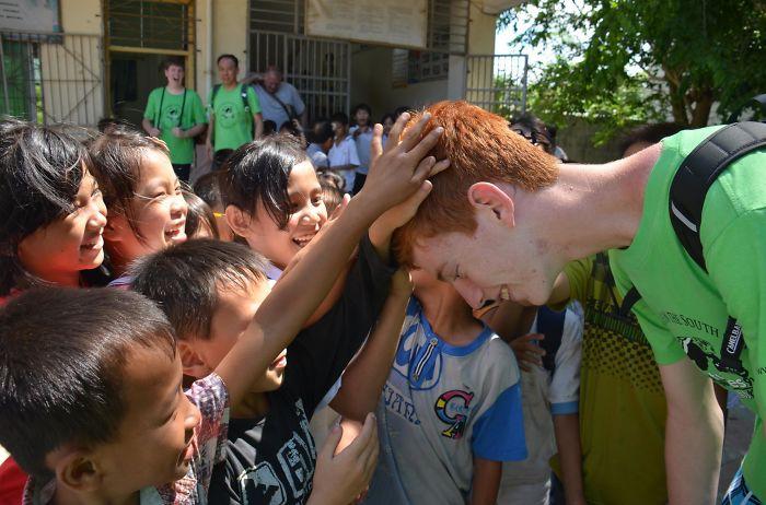 Estos niños chinos nunca habían visto a un pelirrojo y le pidieron que les dejara tocarlo