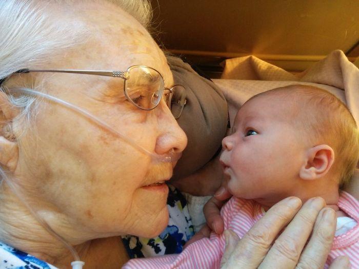Mi abuela de 92 años sosteniendo por 1ª vez a mi hija de 2 días