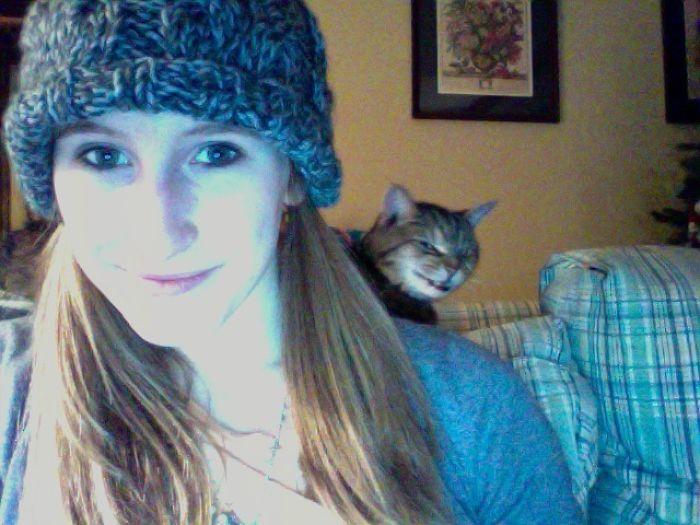 Mi gato haciendo photobomb antes de matarme