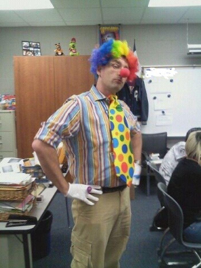 """Mi profesor gay después de que un alumno dijera: """"Me alegro de que los gays no se puedan casar aquí. Me asustan, como los payasos."""""""