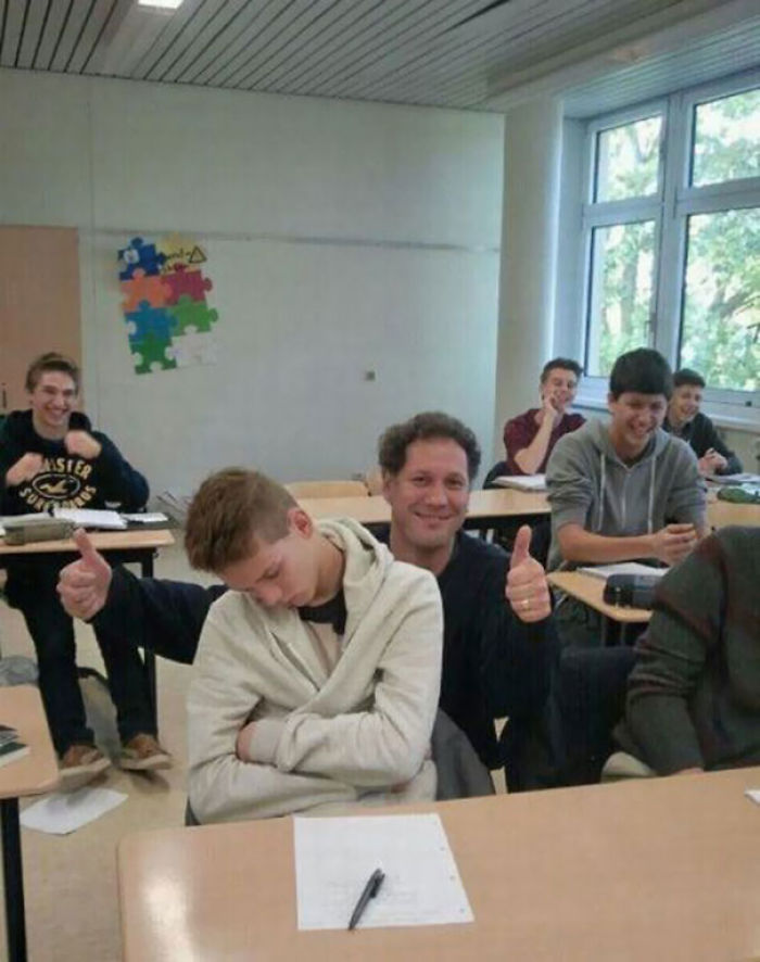 El profesor se hizo una foto con un alumno dormido