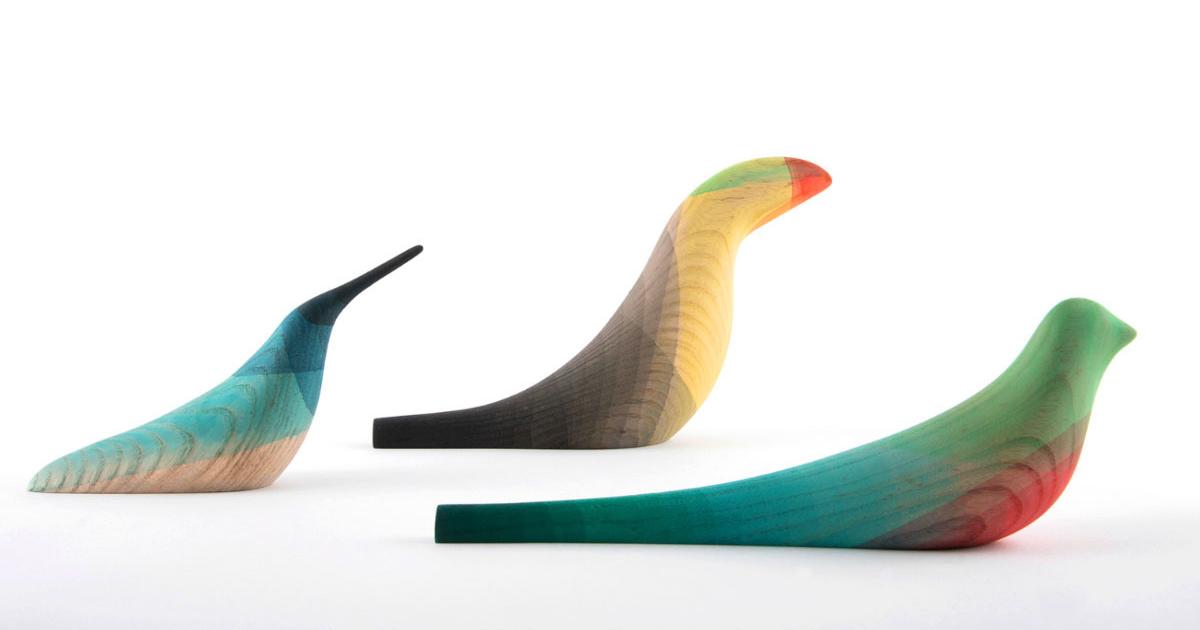 Este artista mexicano moja sus pájaros de madera en acuarela para recrear las aves de su tierra