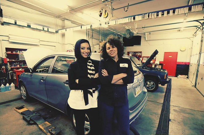 Popular Mechanics Subscription >> This All-Female Auto Shop Will Do Your Hair And Nails While They Fix Your Car | Bored Panda