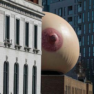 Este pecho gigante ha aparecido en Londres para hacer una elocuente declaración de intenciones