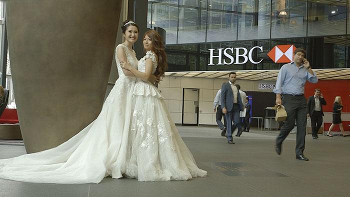 El padre de la novia no quiso llevarla al altar en su boda homosexual, así que lo hizo su jefe