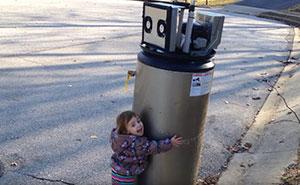 Esta niña pequeña se enamoró de un calentador de agua desechado pensando que era un robot, y es adorable