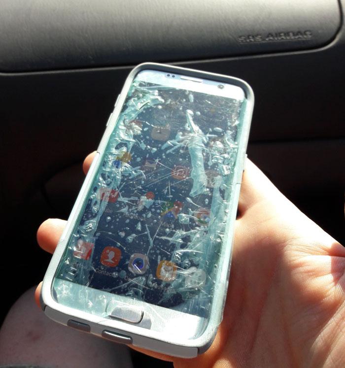 Mi madre aún usa el plástico de la pantalla del móvil como protector
