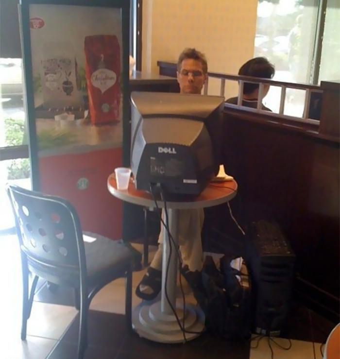 He visto a este hombre trabajando con su ordenador en un café