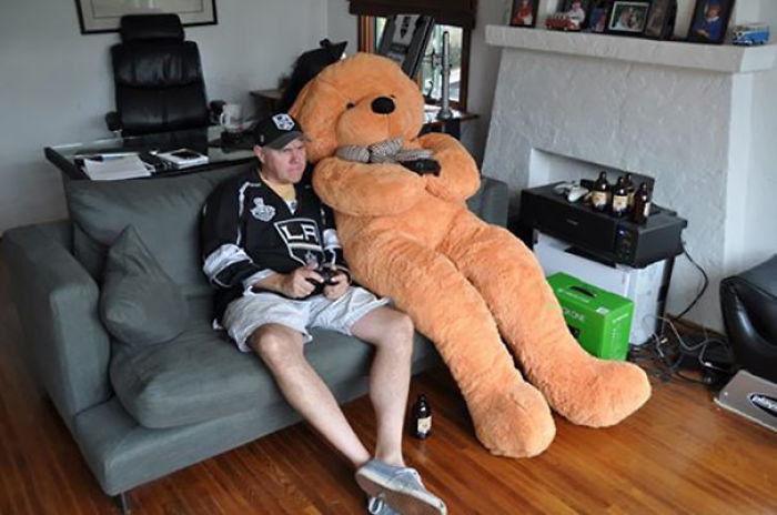 Encargó una electroválvula y le llegó un oso de peluche gigante, así que juega con él a la xbox