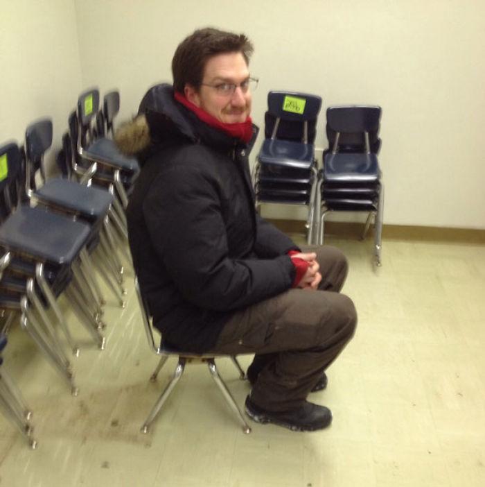 Mi jefe compró 50 sillas en una subasta online. Al recogerlas, vio que era en un colegio infantil