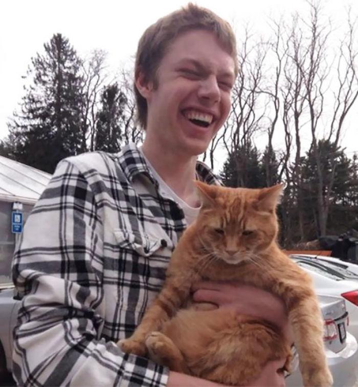La 1ª vez que mi amigo ciego sostiene un gato