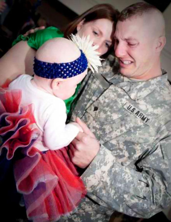 Soldado vuelve a casa y ve a su hija por 1ª vez