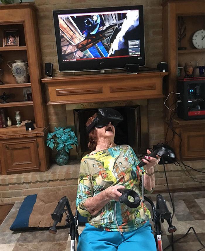 Mi abuela de 96 años jugando a realidad virtual por 1ª vez