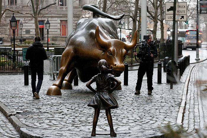 Colocan una estatua de una niña intrépida frente al toro de Wall Street