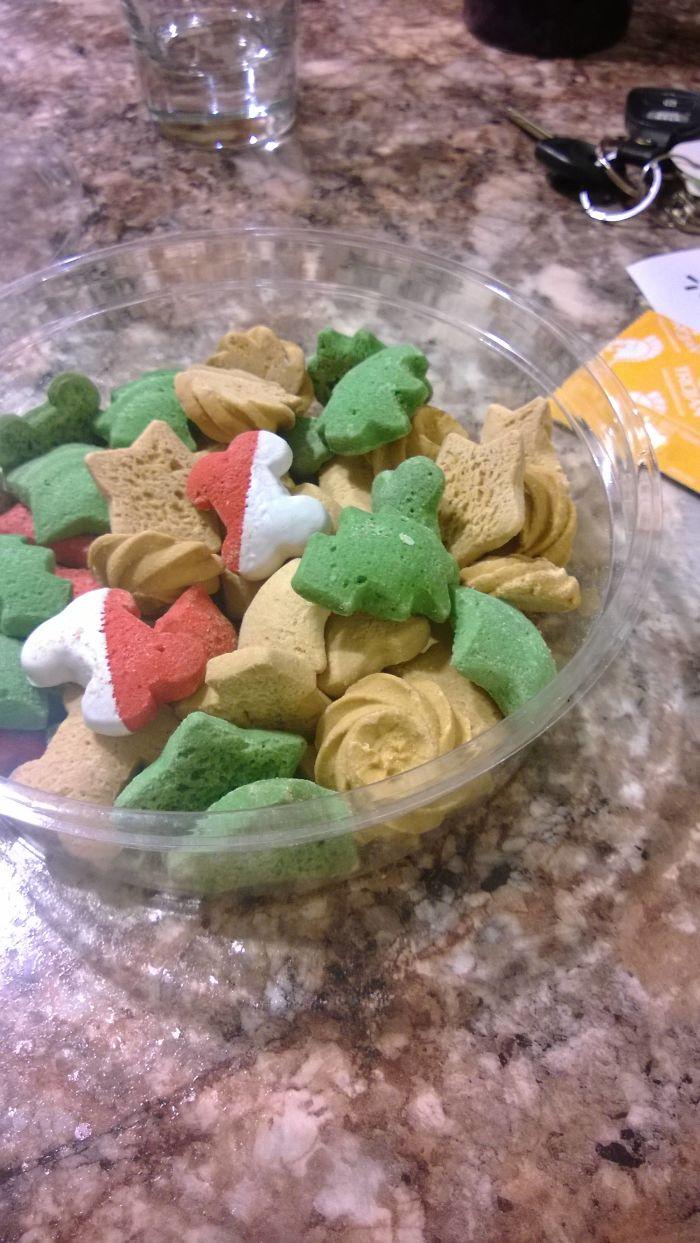 """Mi novia se estaba comiendo estas """"galletas navideñas"""" sin saber que eran para perros"""
