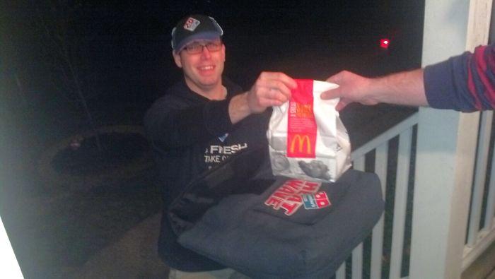 Encargué una pizza borracho y le pedí al pizzero que me trajera algo de McDonalds también
