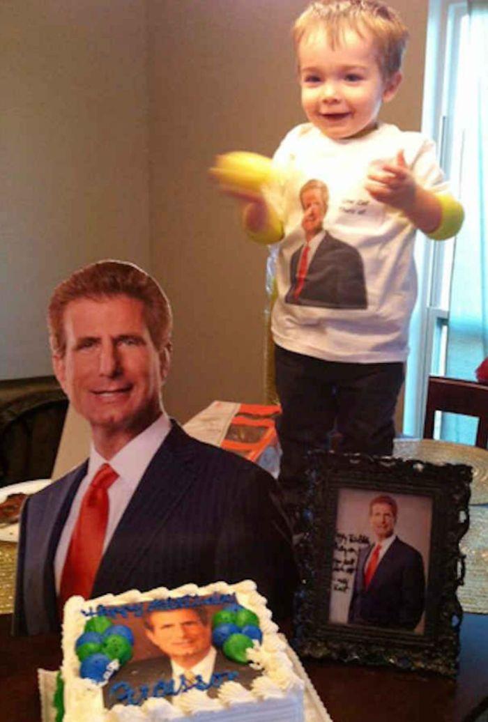 Al niño le gusta mucho el anuncio de este abogado, así que su madre preparó esto para su cumpleaños
