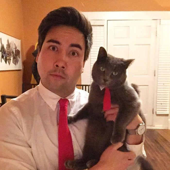 Mi madre nos ha tejido corbatas a juego al gato y a mi