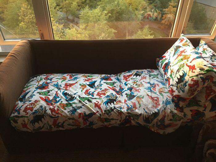 Hoy me quedo a dormir en casa de mis padres y mi madre me ha preparado el sofá. Tengo 27 años