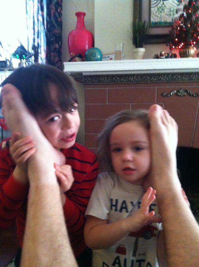 Mi esposa les dijo a los niños que para hablar con Papá Noel tenían que usar los teléfonos ocultos en los pies de papá