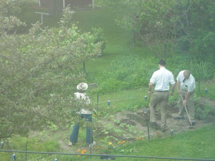 Los mormones insistieron en hablar con mi madre, así que ahí están ayudándola en la huerta