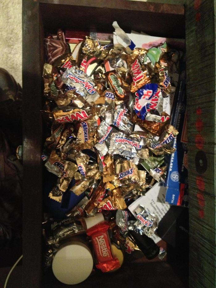 He descubierto qué guarda mi esposa en el cajón de la mesilla
