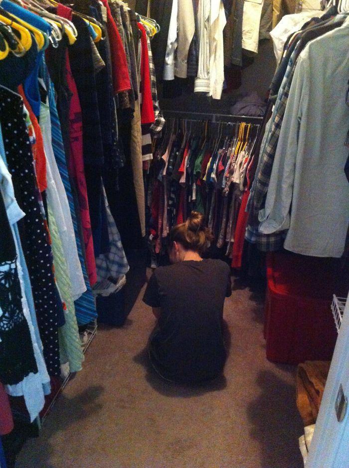 Encontré a mi novia en el armario quejándose porque no tenía nada que ponerse