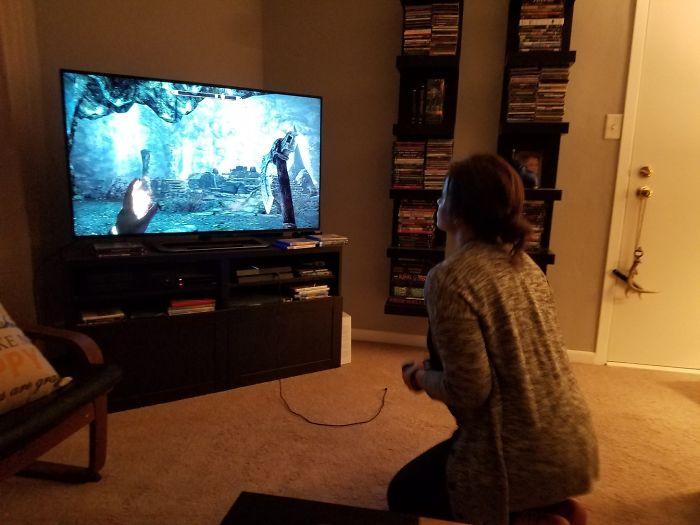 Le enseñé Skyrim a mi novia, que nunca juega a videojuegos. Ahora llego a casa y encuentro esto
