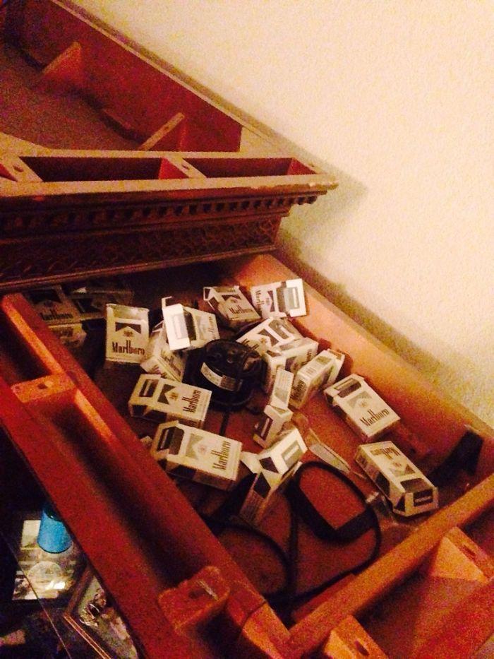 Buscando dónde esconder regalos, descubrí que mi esposa no ha dejado de fumar