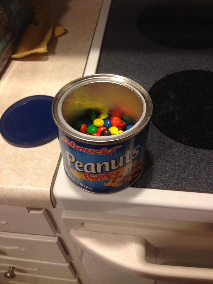 Mi novia y yo estamos intentando comer más sano. Esto está en su lata de cacahuetes