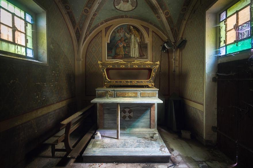 Poco espacio en una iglesia en Italia